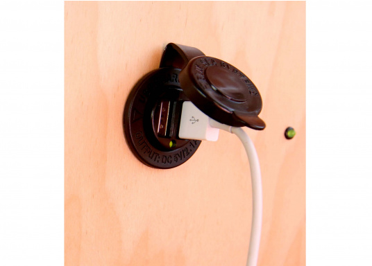 Dual USB charging socket for convenient charging! Ideal to charge the battery of your smartphone or iPad.  (Imagen 5 de 8)