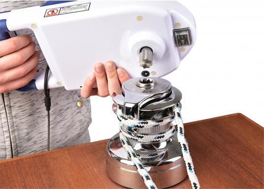 ¡A navegar cómodamente! Con tan solo 3 kg de peso, esta manivela de cabrestante se alimentada por una batería de iones de litio y proporciona hasta 110 RPM, elevando su vela con una velocidad impresionante. (Imagen 5 de 9)