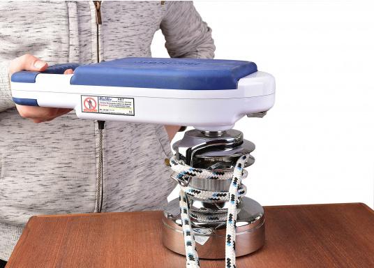 ¡A navegar cómodamente! Con tan solo 3 kg de peso, esta manivela de cabrestante se alimentada por una batería de iones de litio y proporciona hasta 110 RPM, elevando su vela con una velocidad impresionante. (Imagen 6 de 9)